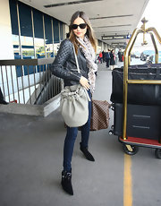 Miranda Kerr traveled in style, wearing skinny jeans and ankle boots with buckled detailing.