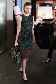 Miranda Kerr updated a ladylike sheath with a summery two-tone raffia bowler.