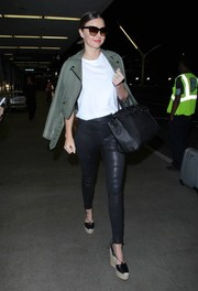 Miranda Kerr added extra edge with a pair of black leather pull-on leggings by J Brand.