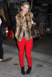 Molly Sims embraced the colored denim trend in a pair of bright red skinny jeans.