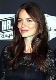 Saffron Burrows kept it simple yet lovely with a long center-parted hairstyle.