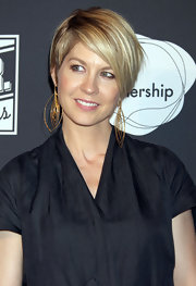 Jenna Elfman wore a pair of dangling gold earrings at the debut of 'The 24 Hour Plays.'