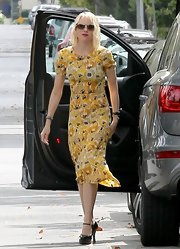 Naomi Watts kept her look bright and cheerful with this floral frock with a retro-fit.