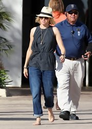 Naomi Watts opted for a cinched-waist tunic for her casual beach look.