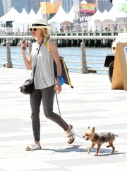 Naomi Watts matched her laid-back footwear with ripped gray jeans.