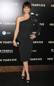 Carla Gugino wore a black fitted single-sleeve dress with a satin shoulder dteail for the 'New Year's Eve' premiere.
