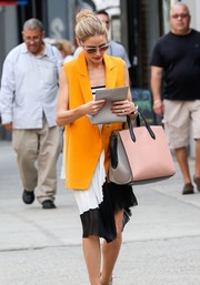Olivia Palermo added an extra dose of color and chic with a pink, white, and black leather tote by Smythson.
