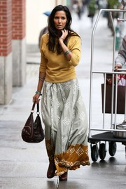 Padma Lakshmi completed her attire with a brown leather hobo bag.