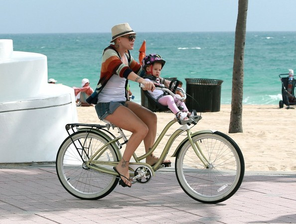 http://www1.pictures.stylebistro.com/fp/Pink+Enjoys+Bicycle+Ride+Family+xaPQ_vyuSzul.jpg