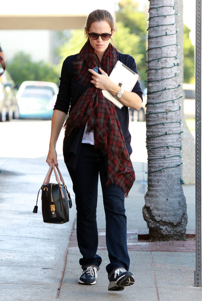 Jennifer Garner kept her cozy pregnancy attire luxurious with a black top handle bowler with contrasting handles.