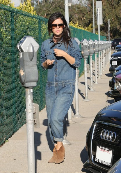 Rachel Bilson finished off her shopping ensemble with a pair of tan ankle boots.