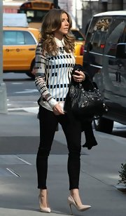 Sarah Chalke chose a pair of black skinny jeans to complement her geometric-print blouse.