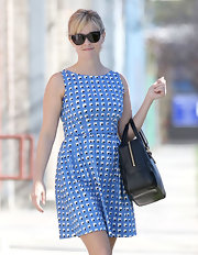 Reese Witherspoon balanced the spring vibe of her blue geometric print dress with a structured black leather tote.