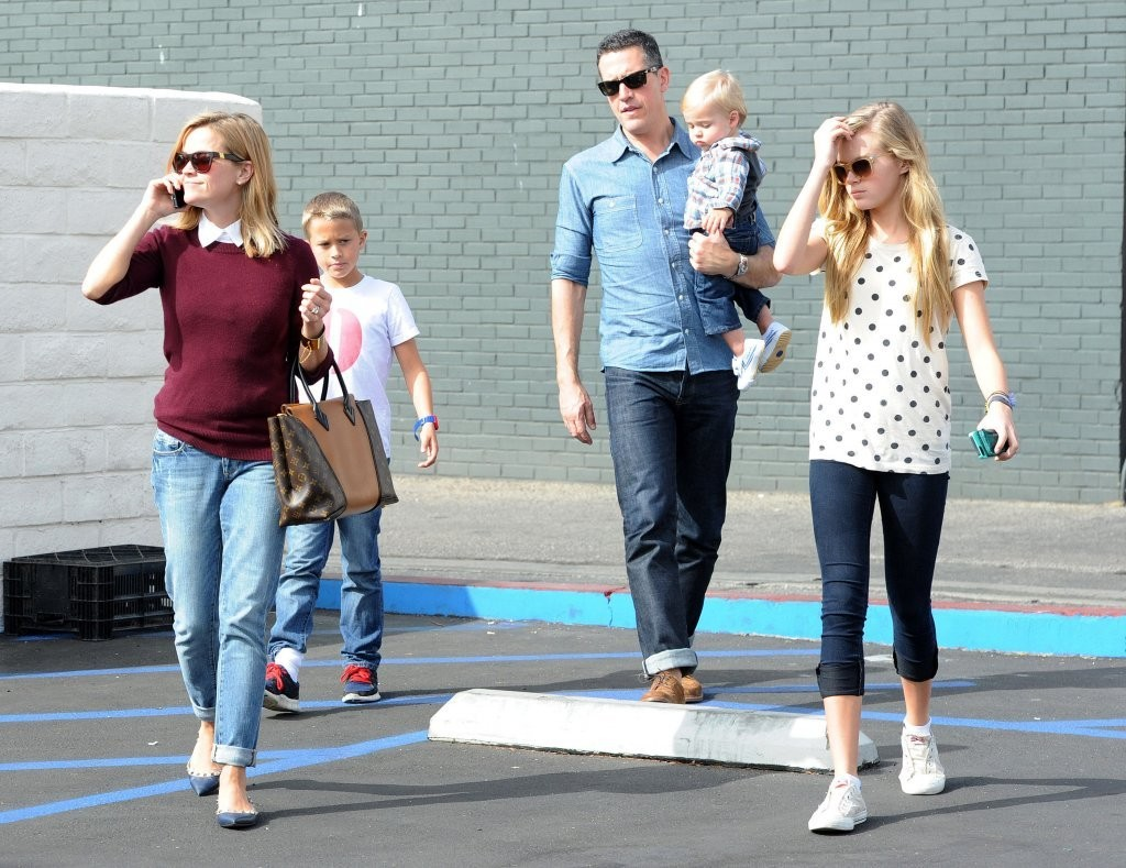 Reese Witherspoon Grabs Lunch with Her Family