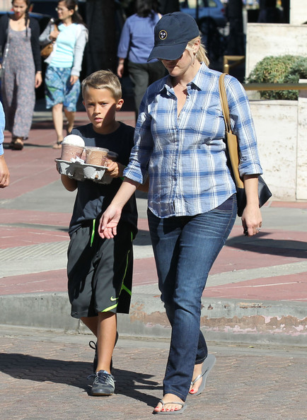 More Pics of Reese Witherspoon Flip Flops (5 of 28) - Flip Flops Lookbook - StyleBistro