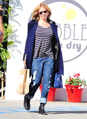 Rosanna wears a pair of low riding boyfriend jeans while out shopping.