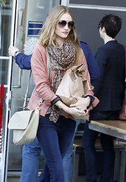 Rosie Huntington-Whiteley wore a simple cream leather shoulder bag while out running errands.