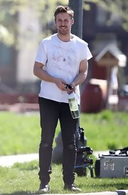 Ryan Gosling chose a classic print tee for his look while on set of 'How to Catch a Monster.'