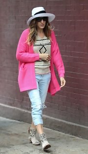Sarah wore a pair of light-wash ripped jeans for her look while out with her family.