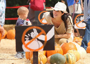 Selma Blair finished off her pumpkin-picking ensemble with a chic straw hat.