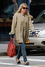 Sienna Miller paired classic skinny jeans with an over-sized trench coat for a cool and modern look.