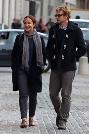 Rebecca Rigg warded off the cold with this gray scarf while wandering the streets of Paris with husband Simon Baker.