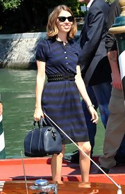 Sofia perfectly paired her button down dress with a navy tote bag.