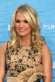 Carrie Underwood was glowing at the premiere of 'Soul Surfer'. The singer styled her golden locks into soft curls.