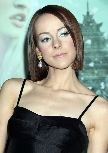 Jena Malone amped up the glam factor with a pair of pearl drop earrings.