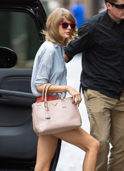 More Pics of Taylor Swift Wayfarer Sunglasses (1 of 9) - Wayfarer Sunglasses Lookbook - StyleBistro