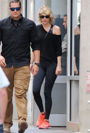 Taylor Swift sealed off her gym attire with a pair of printed leggings by Under Armour.