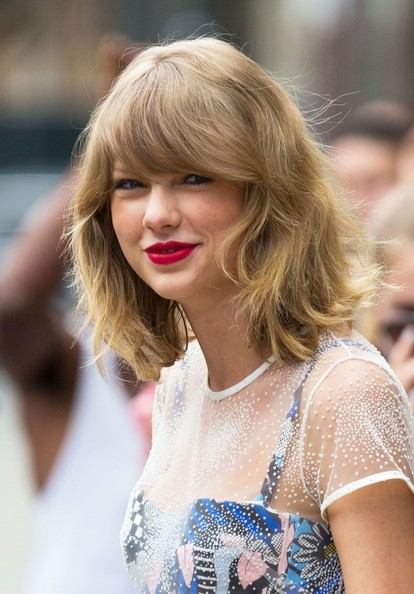More Pics Of Taylor Swift Medium Wavy Cut With Bangs 7 Shoulder Length Hairstyles