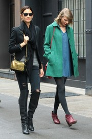 Lily Aldridge added some shine to her rugged ensemble with a chain-strap shoulder bag featuring a metallic gold flap.