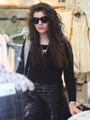 Lorde wore a cute gold ribbon pendant while shopping in LA.