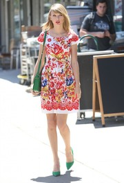 Taylor Swift added an extra dose of color via a pair of green pumps and a matching shoulder bag.
