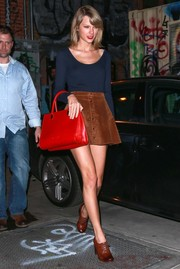 For her footwear, Taylor Swift chose vintage-chic brown oxfords by Frye.