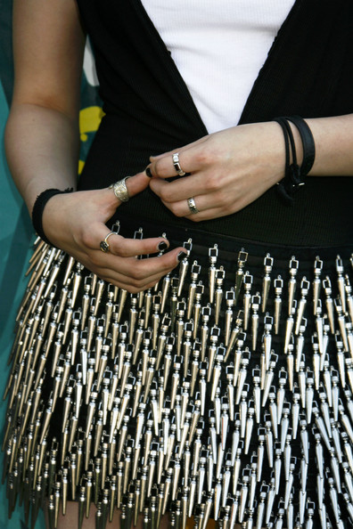 Kristen Stewart accessorized with some gold rings at the 2009 Teen Choice Awards.