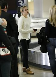 Teresa Palmer was spotted at the airport in a simple ivory crewneck sweater and skinny jeans.