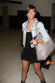 Frankie showed off her cool airport style in a denim jacket and a cool leather tote bag.