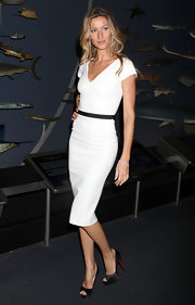 Gisele topped off her look with black satin peep-toe pumps.