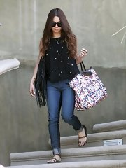 Vanessa Hudgens rocked a pair of skinny jeans with dark paneling on the sides while traveling.