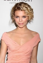 '90210' star AnnaLynne McCord showed off her cute ringlets on the red carpet. Her highlights looked radiant against her glowing skin.