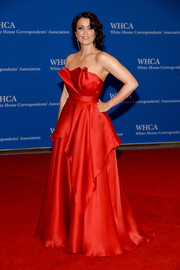 Bellamy Young looked like a modern-day Scarlett O'Hara in this lovely red strapless gown by Romona Keveza during the White House Correspondents' Association Dinner.