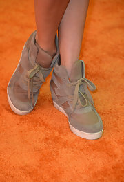 Stephanie Pratt chose a pair of light brown lace-up sneakers for her cool and hip look at Wango Tango.
