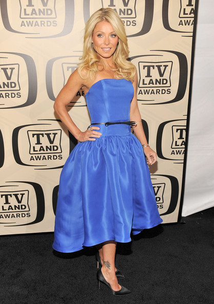 More Pics of Kelly Ripa Long Wavy Cut (1 of 9) - Long Wavy Cut Lookbook - StyleBistro