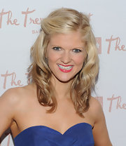 Arden Myrin paired her strapless dress with medium curls.