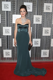 Tina's deep teal gown featured a flowing train and a fitted bustier top for an ultra glammed up red carpet look.