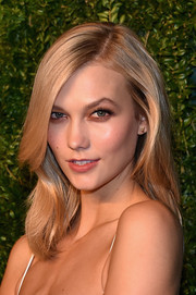 Karlie Kloss styled her hair with subtle waves for the CFDA/Vogue Fashion Fund Awards.