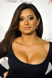 Noureen DeWulf looked hot with her brown smoky eye makeup at the Maxim event.