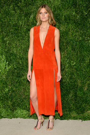Constance Jablonski sealed off her look with a pair of tricolor T-strap sandals.